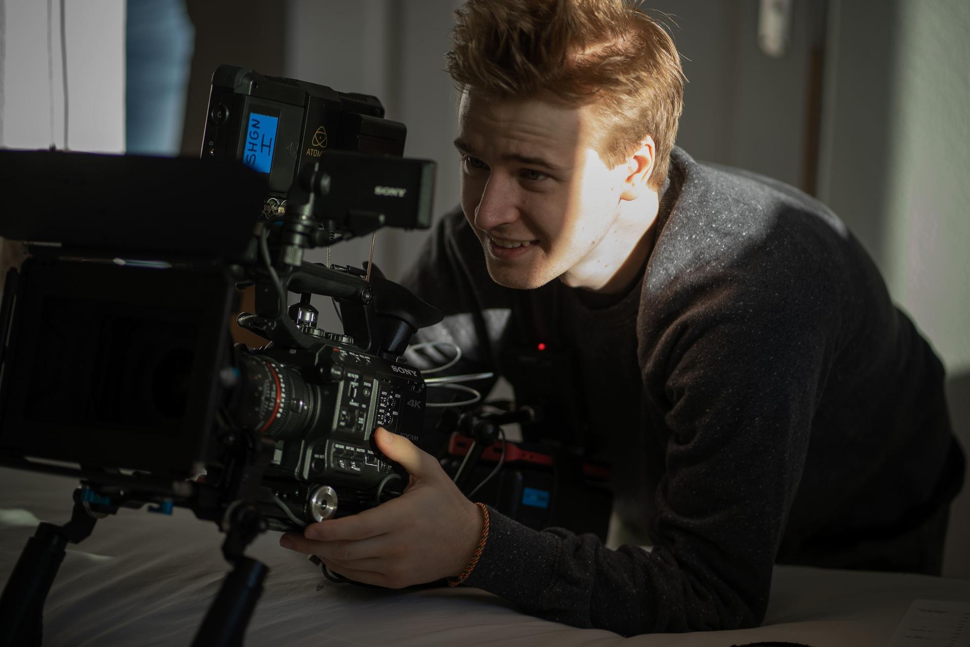 kameramann richtet kamera ein für nächste szene