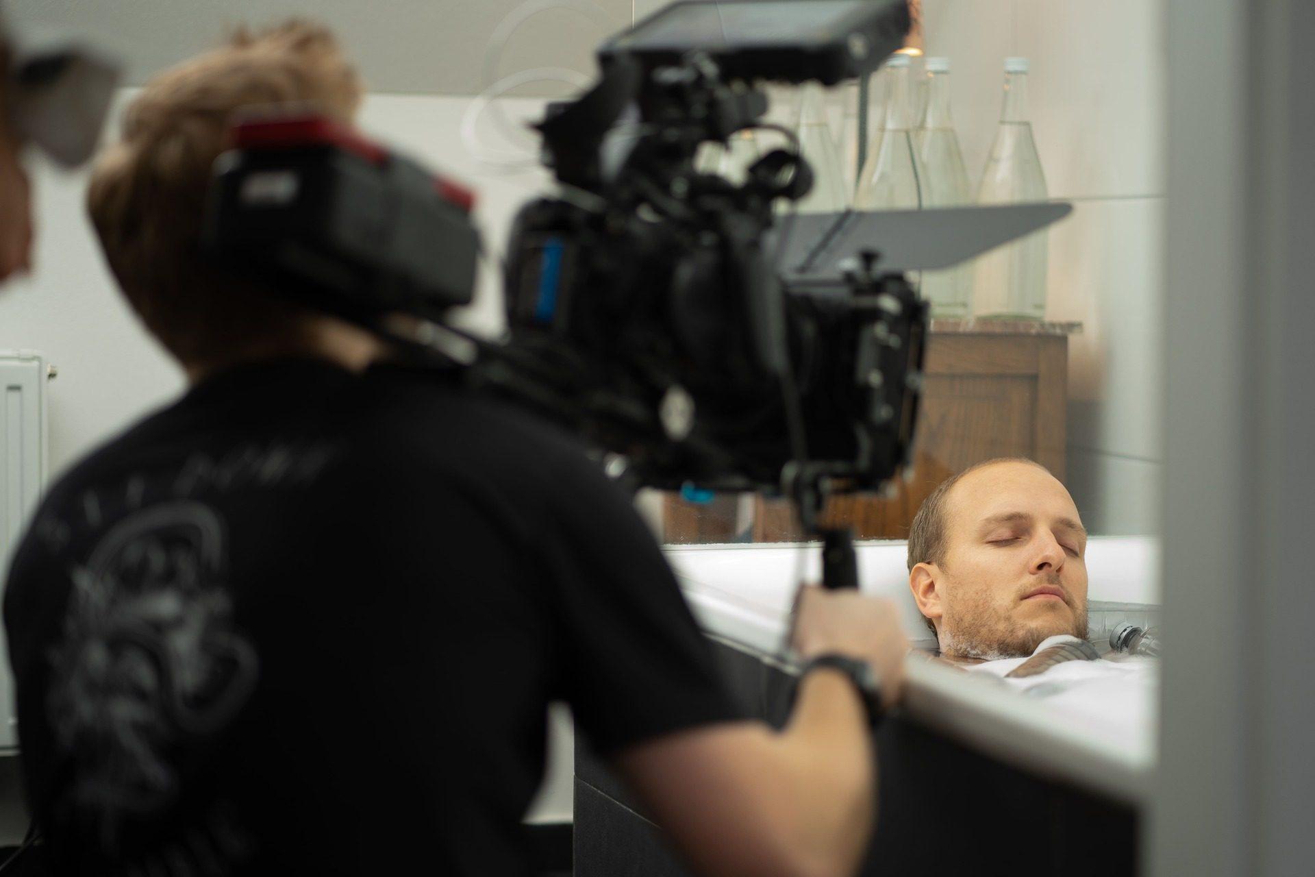 kameramann im badezimmer bei kurzfilmdreh blaues gold