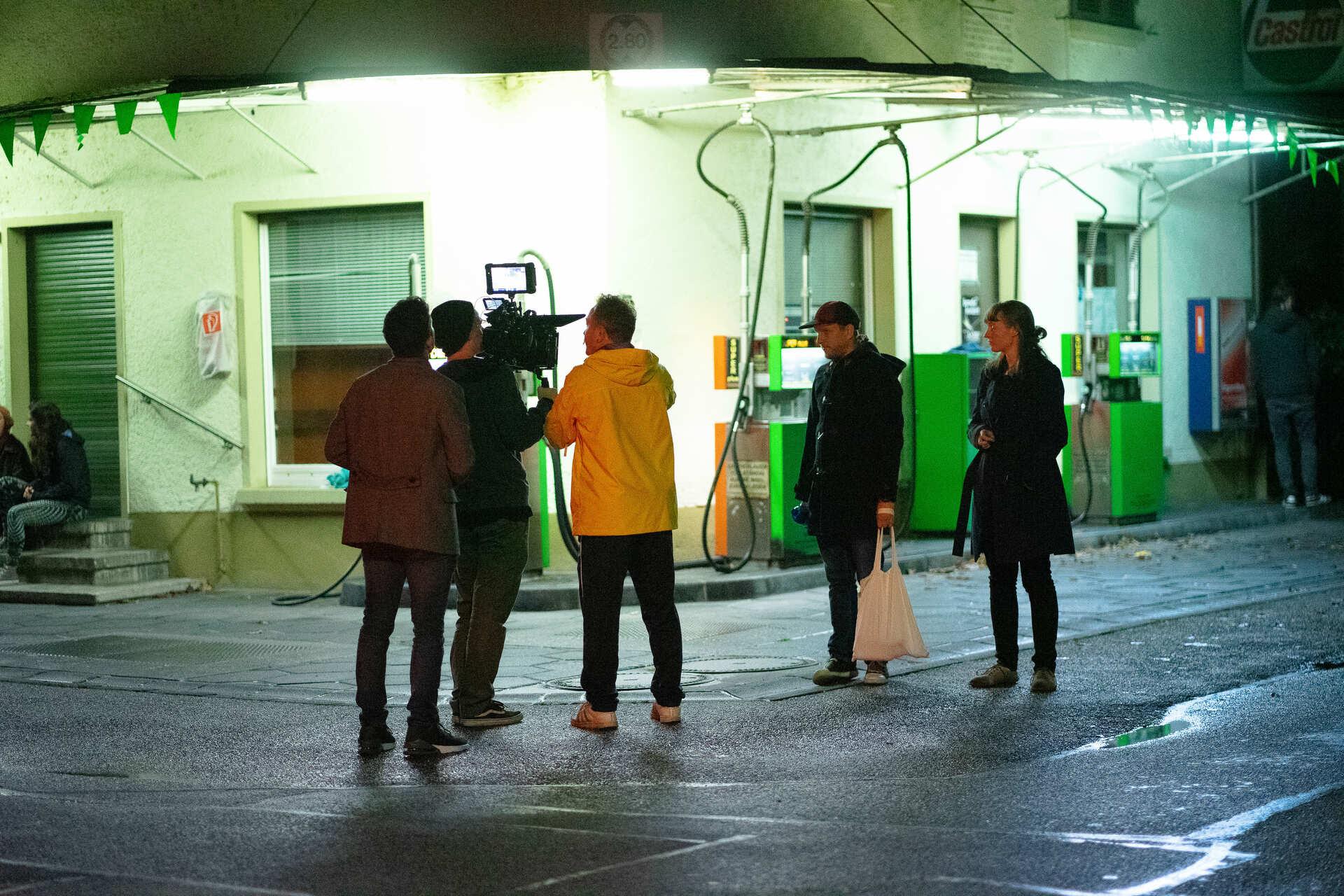 schauspieler und filmcrew am set von blaues gold