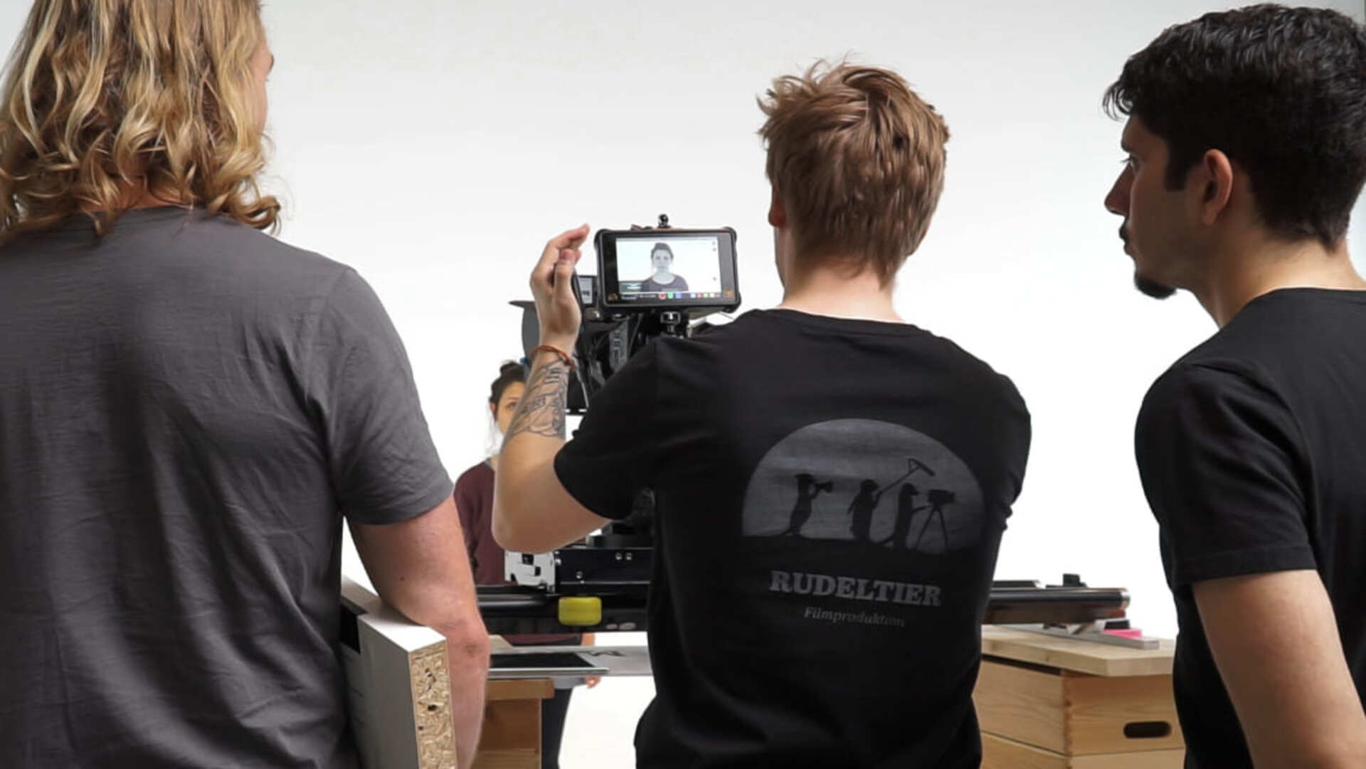 Kameramann und Sänger am Set von einem Musikvideo Dreh