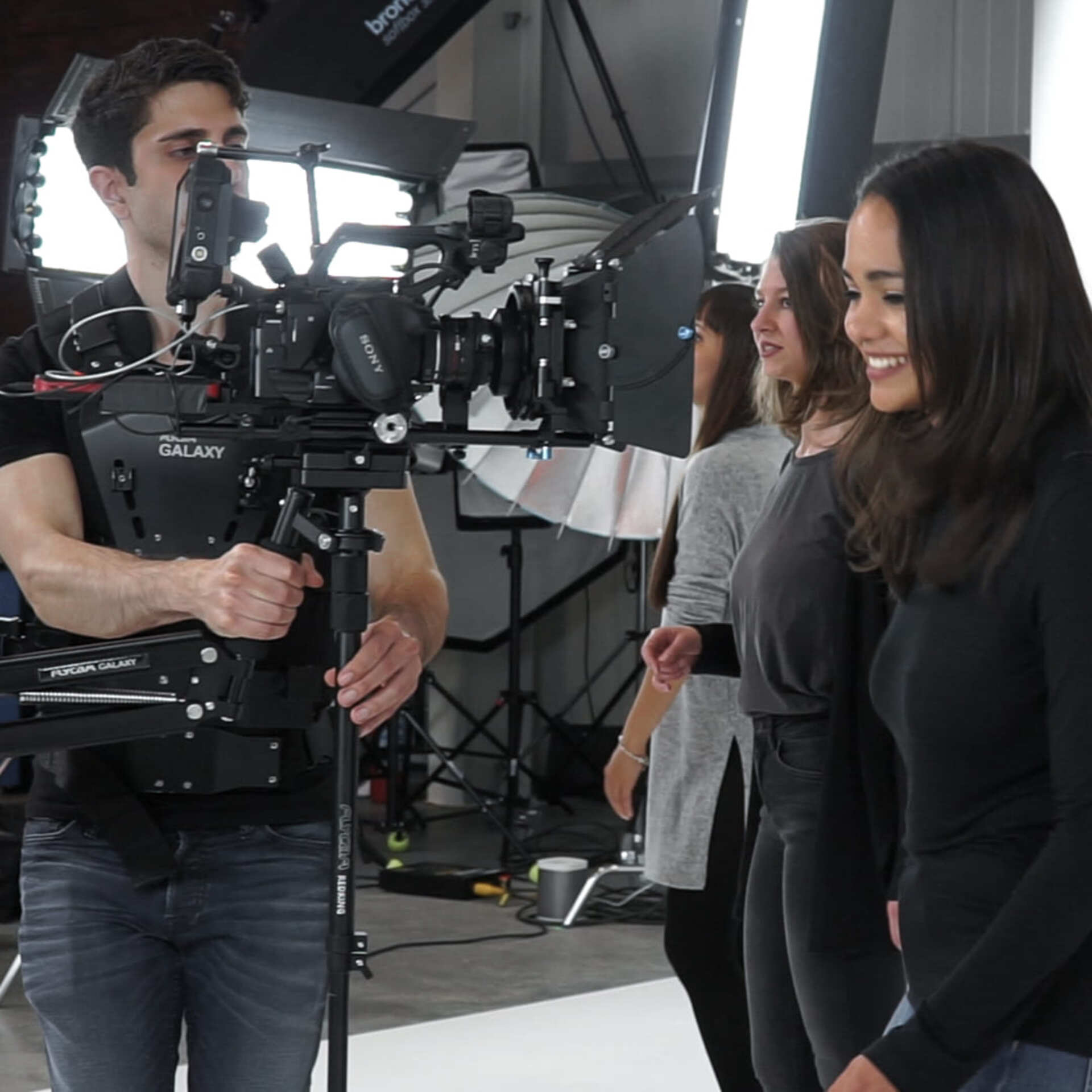 Steadicam operator filmt musikvideo in studio